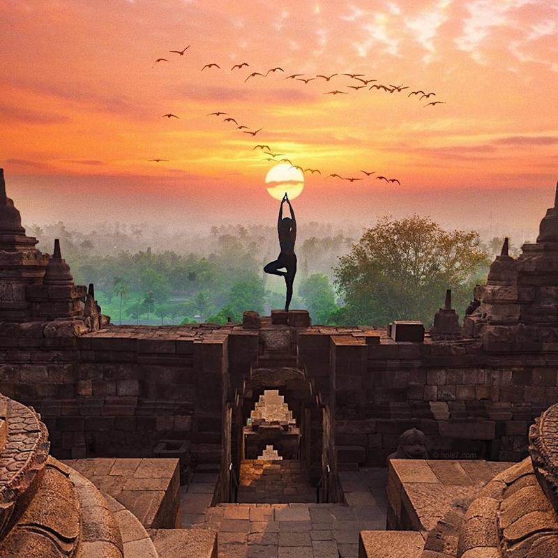 yoga sambil menikmati sunrise borobudur